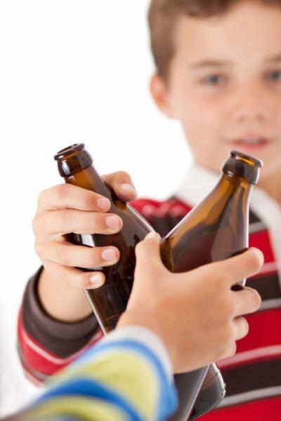 Дети держат в руках бутылки
