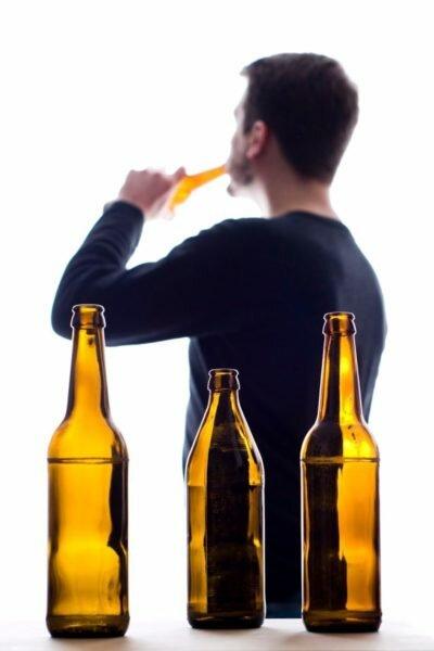 Выпивающий мужчина